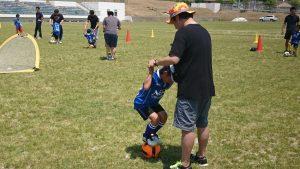親子サッカー教室「ボールに乗る」